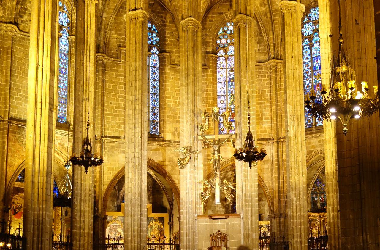 Interiorul maiestuos al Catedralei