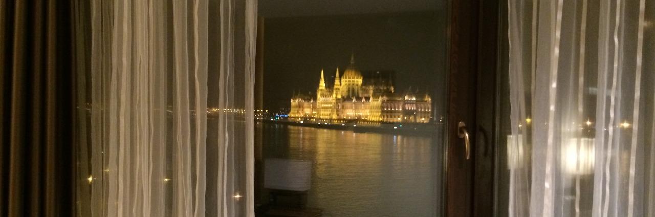 Vedere din camera de hotel (seara)
