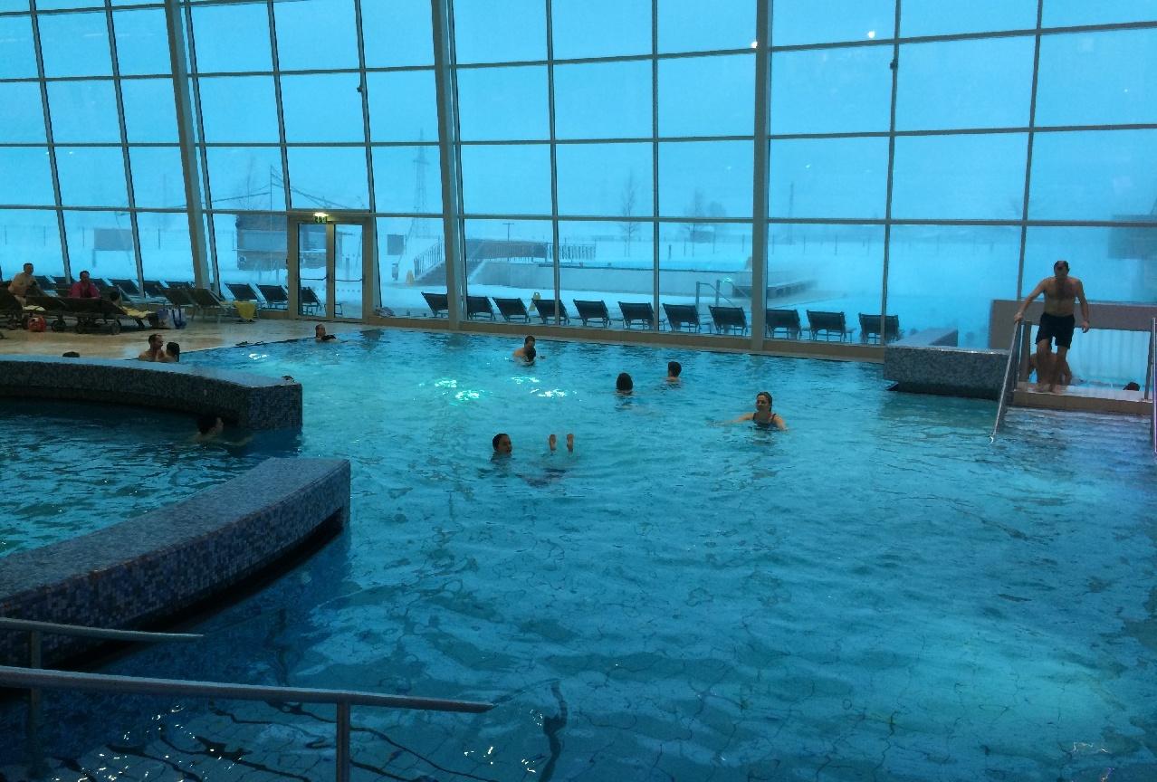 Una din piscinele interioare principale de la Tauern Spa