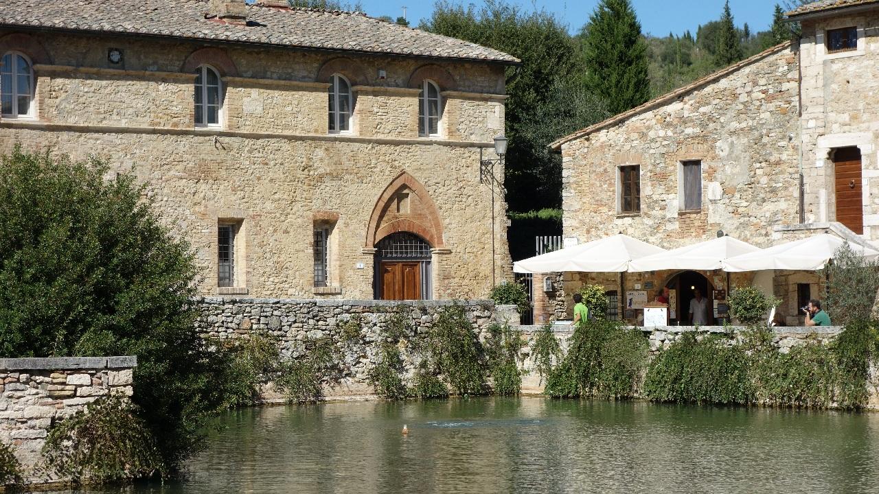 Bazinul termal din centrul Bagno Vignoni