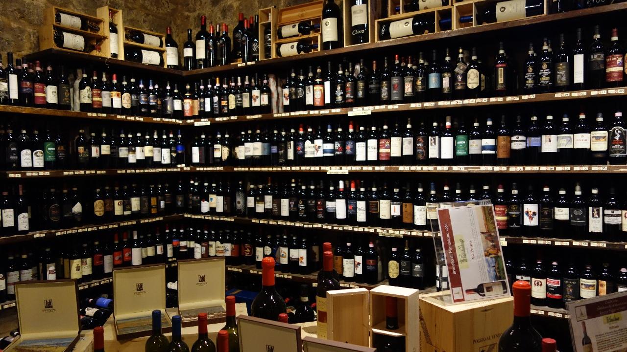 Colectia de vinuri din incinta Enotecii La Fortezza di Montalcino