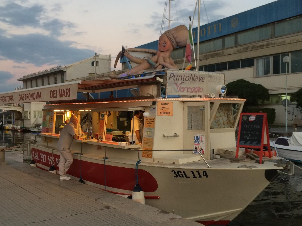 """Fish'n'Chips Boat, un """"obiectiv turistic"""" de neratat in Viareggio"""