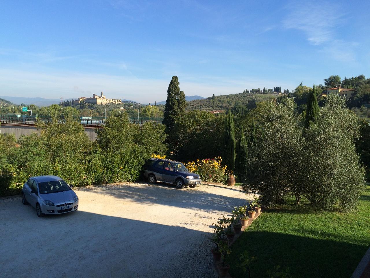 Parcarea din curte vilei