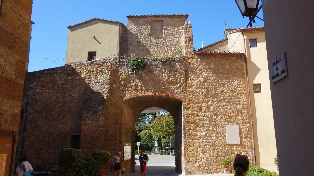 Una din intrarile in orasul-cetate