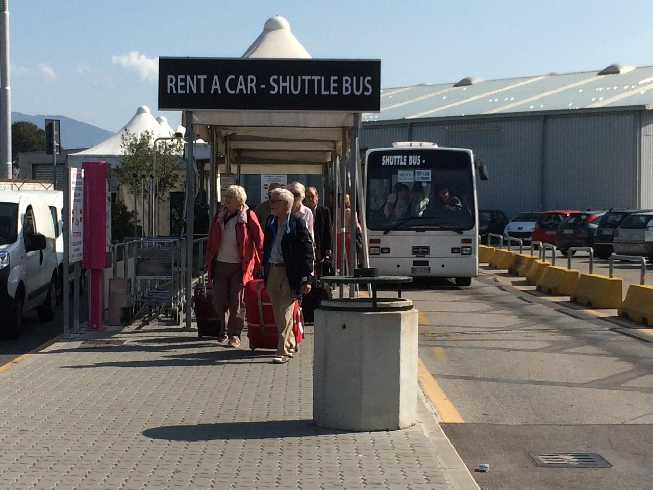 Statia shuttle bus-ului pana la birourile de inchiriat masini