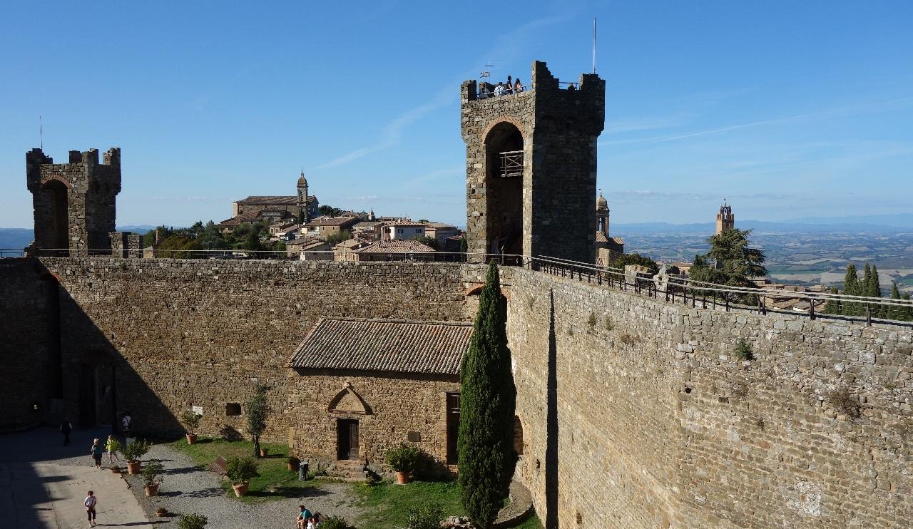 Vedere de pe una din laturile Castelului