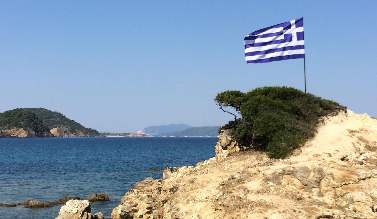 Drapelul grecesc, pe una din plajele din Skiathos