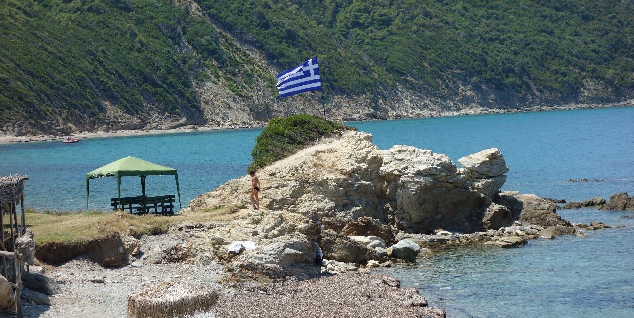 Drapelul grecesc arborat pe o stanca