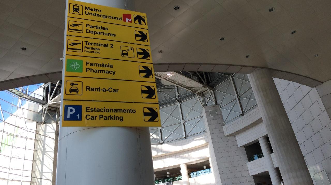 Indicatoare in aeroportul din Lisabona