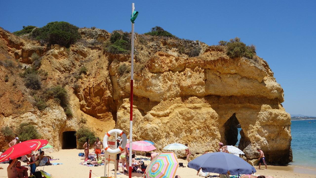 Tunelul de acces spre plaja secundara