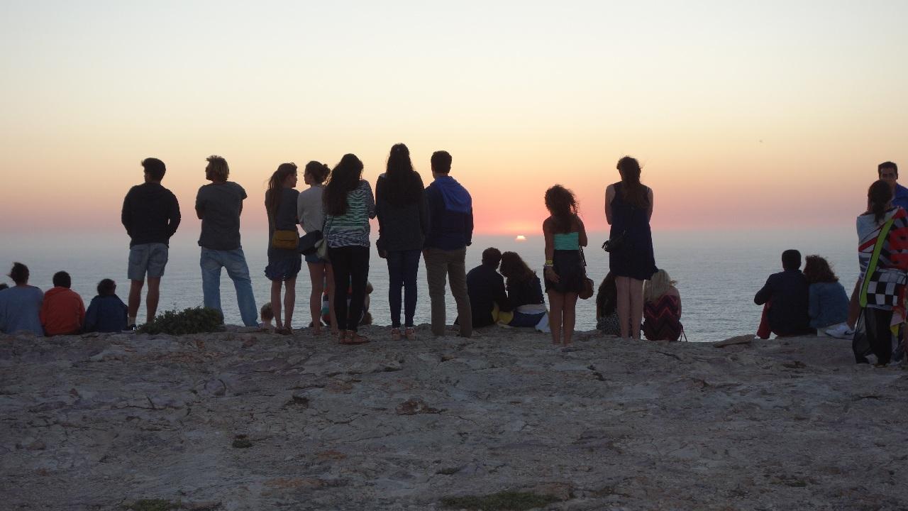 Spectatori ai apusului de soare