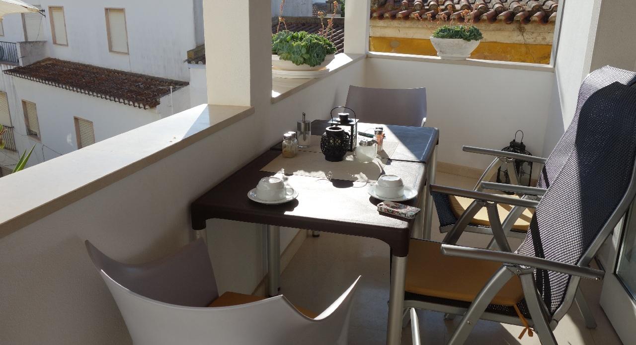 Mic dejun pe terasa hotelului