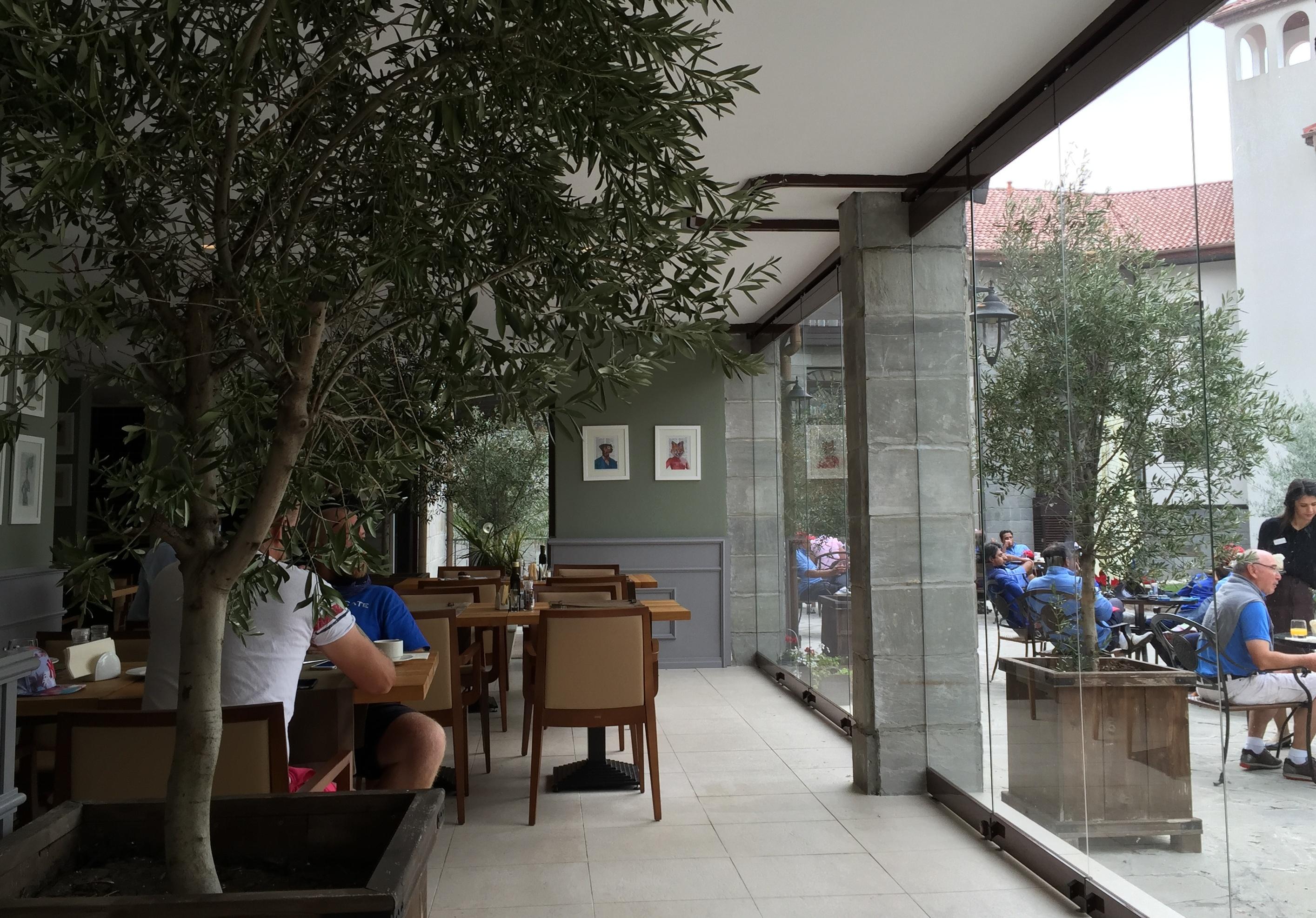 Interiorul si terasa restaurantului Olivo