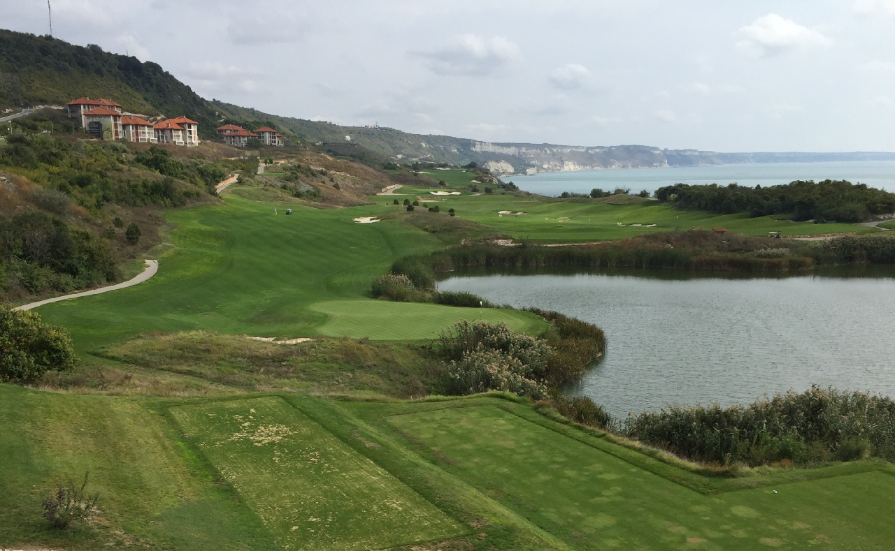 Thracian Cliffs, plin de verde si nuante de albastru