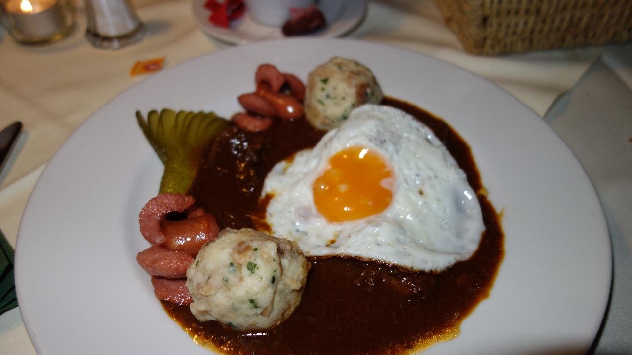 Gulas traditional cu ou, carnati si galuste