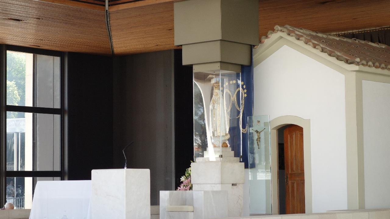 Statueta Maicii Domnului din incinta Capelei Aparitiilor