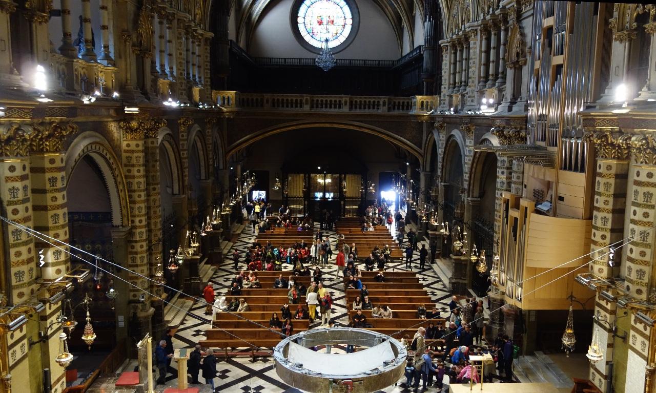 """Interiorul bisericii vazut din fata statuetei """"La Moreneta"""""""