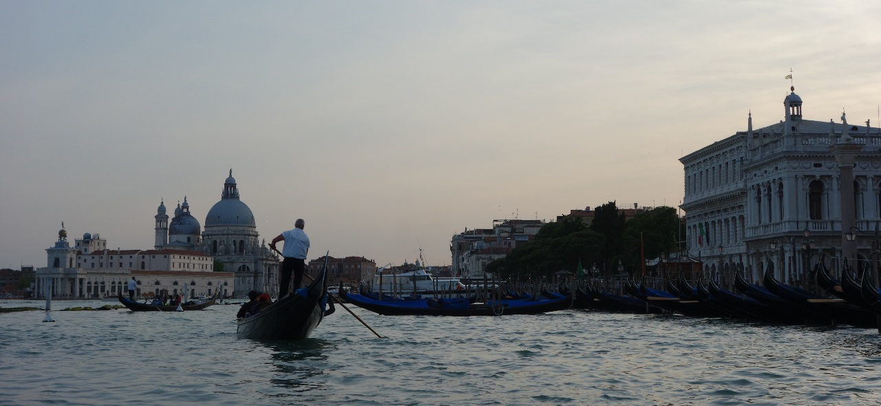 Venetia si-al ei Canal Grande, la asfintitul soarelui