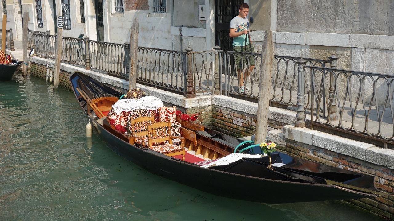 Cu gondola, prin fata hotelului