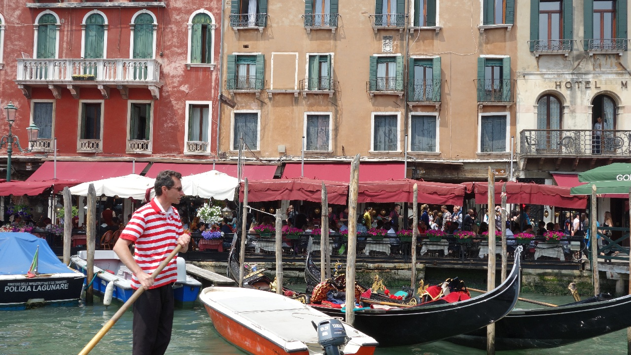 Gondolier pe Canal Grande
