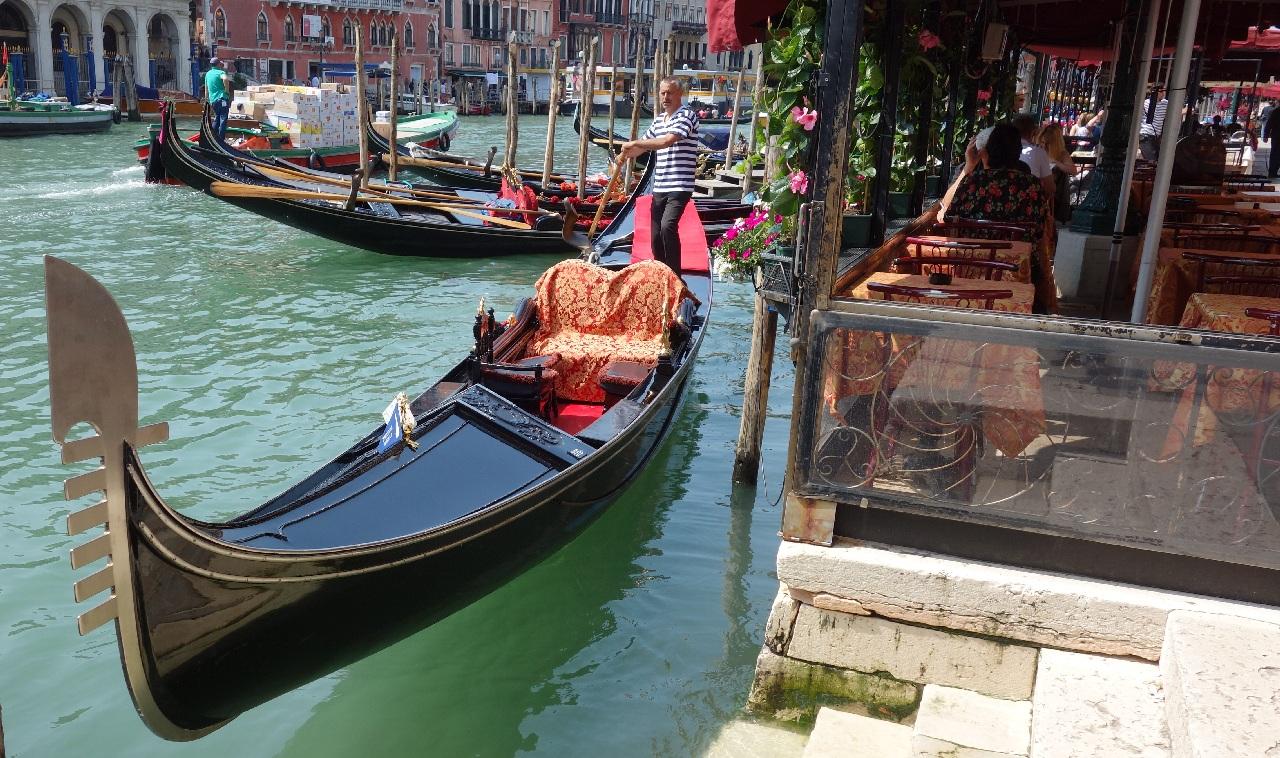 Gondola in asteptarea clientilor
