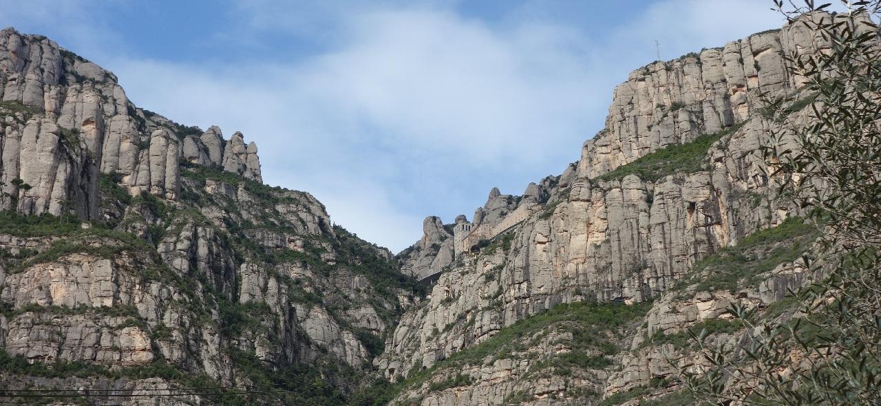 Manastirea Montserrat, cocotata sus, pe munte