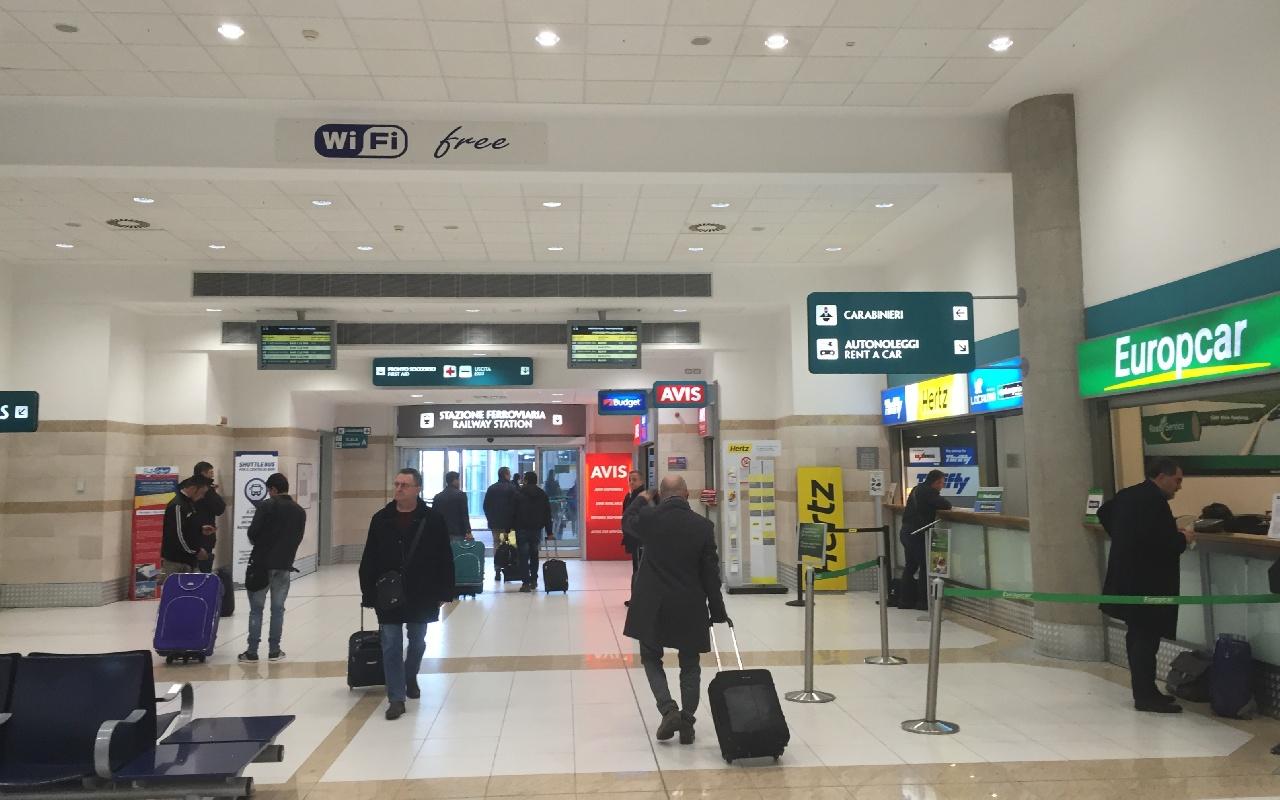 Iesirea din aeroport catre zona de transfer spre Bari Centrale