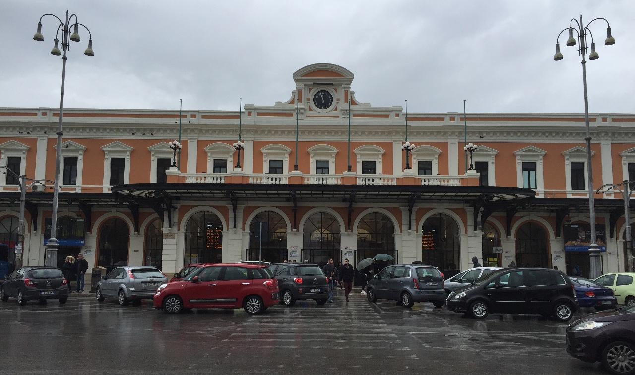 Trecerea de pietoni din fata Garii Centrale din Bari