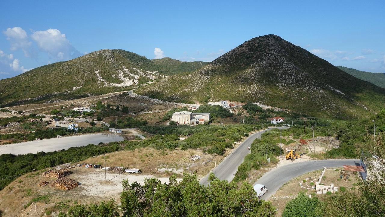 Drumul serpuitor dintre satul Agia si Sarakiniko Beach