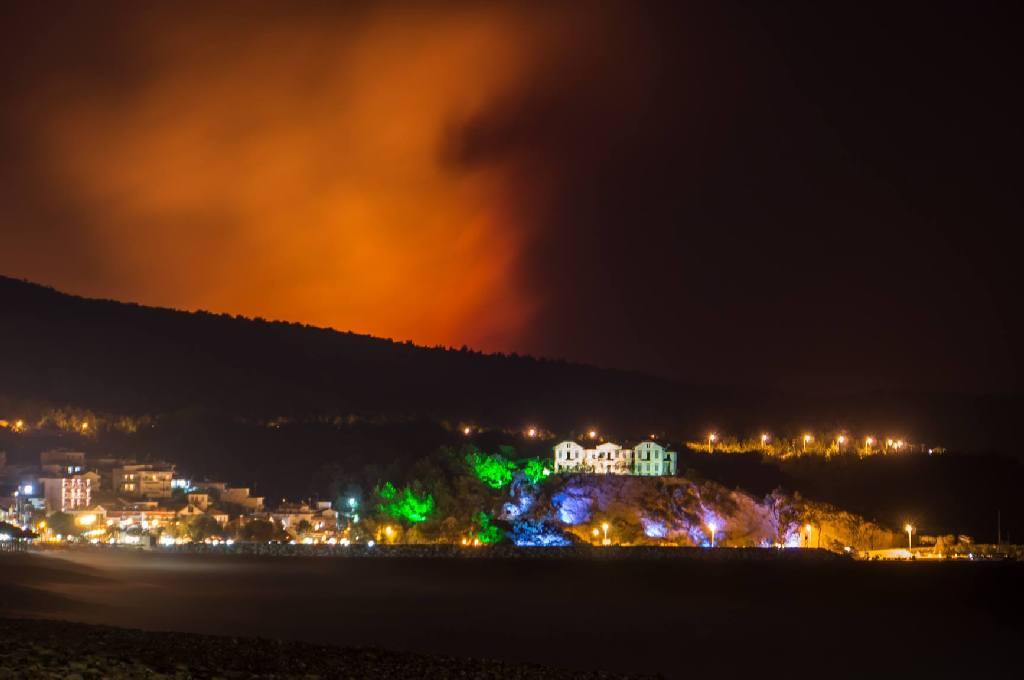 Sambata noaptea incendiul a atins cote alarmante in zona Potos-Theologos