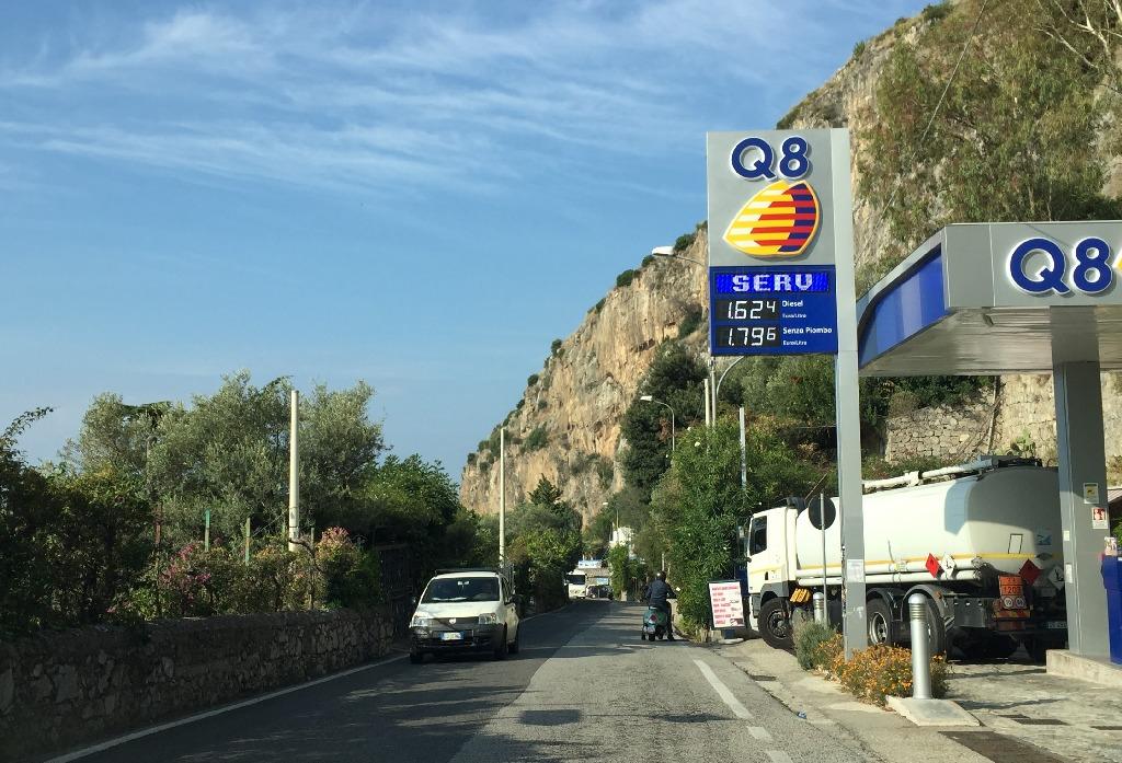 Unica benzinarie vazuta intre Positano si Salerno