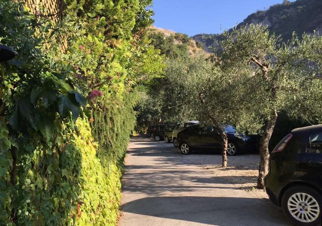 Parcarea de la hotelul unde am fost cazati